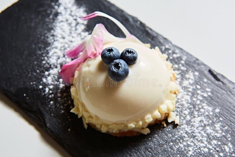 Kaka för vaniljbavarianmousse med körsbär och mörk choklad överst Gjort med gräddost och piskad kräm arkivbild