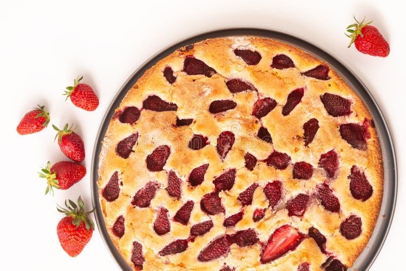 Kaka f?r jordgubbe f?r vanilj f?r matbegrepp hemlagad buttery p? vit bakgrund med kopieringsapsce royaltyfri fotografi
