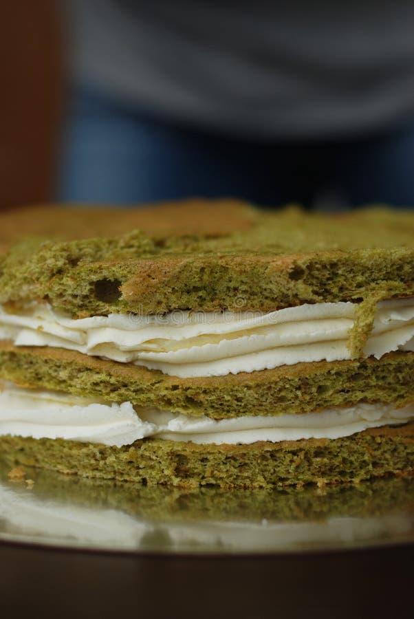 Kaka matlagningMatcha för grönt te med vita chokladpralin och jordgubbar Steg-för-steg process royaltyfri fotografi