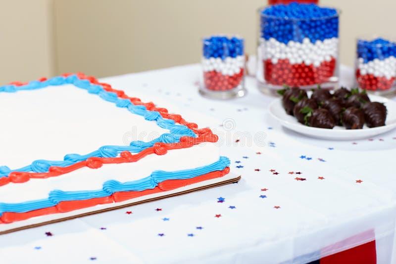 Kaka med den färgrika confectionen som tjänas som på tabellen arkivfoton