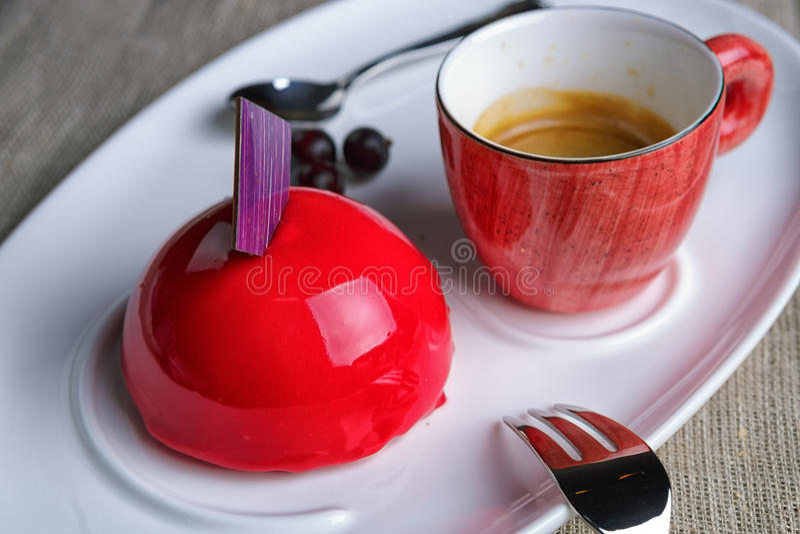 Kaka med en kopp kaffe arkivfoto