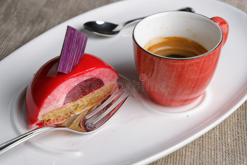 Kaka med en kopp kaffe fotografering för bildbyråer