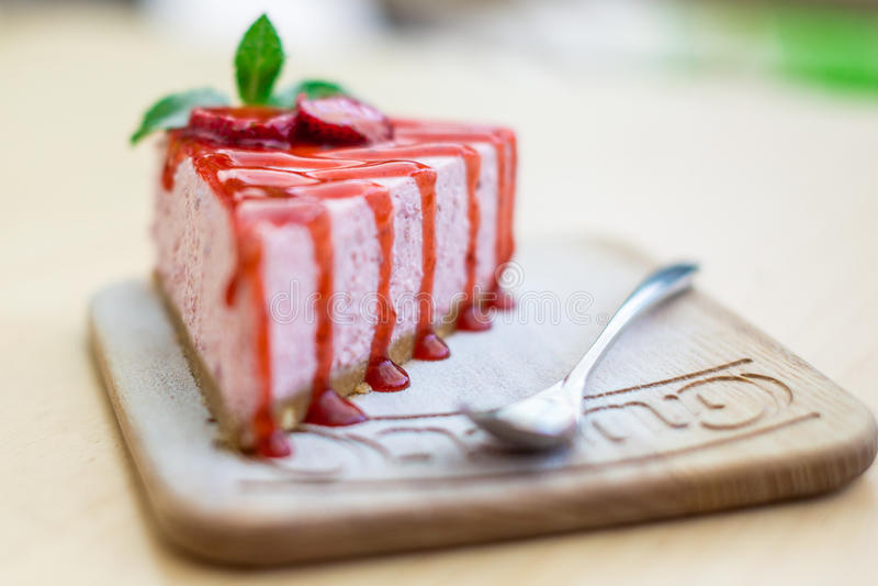 Kaka med jordgubbar på en brunt royaltyfria bilder