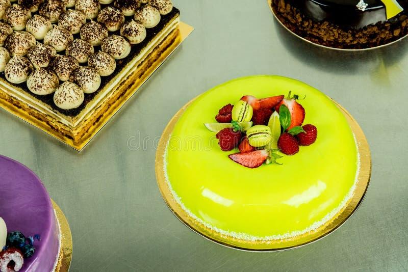 Kaka med ljus - grön choklad fotografering för bildbyråer
