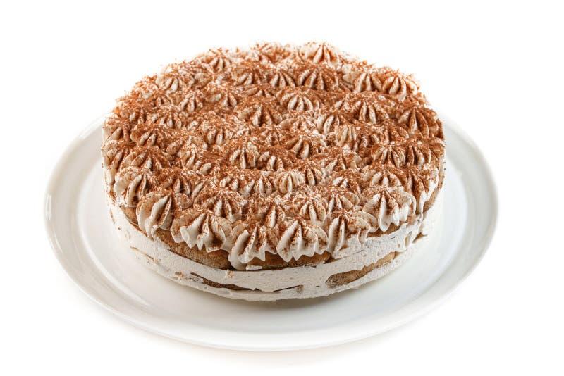 Kaka med piskad kräm som dekoreras med chokladchiper på isolerad vit bakgrund royaltyfri fotografi