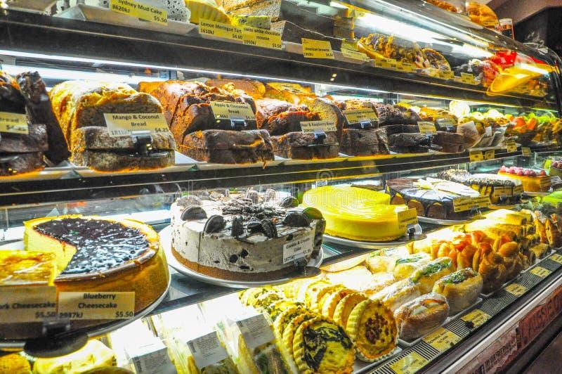 Kaka- och sötsakbagerit i bakelse shoppar glass skärm arkivfoto