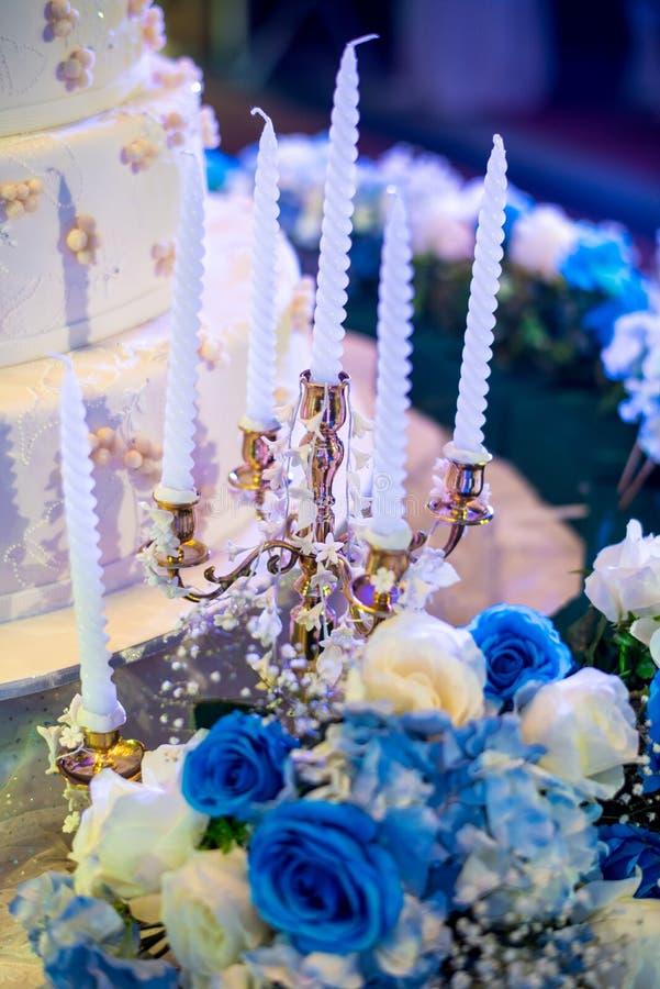 Kaka och stearinljus på brölloppresidiet thai bröllop för ceremoni arkivfoton