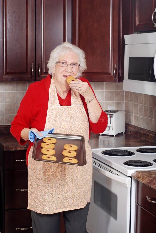 kaka som äter den nya höga kvinnan royaltyfria bilder