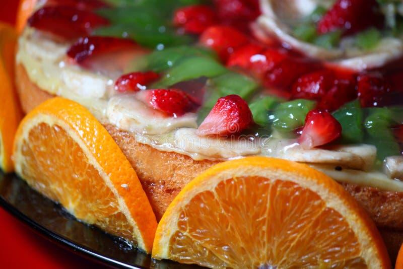 Kaka som dekoreras med frukt arkivfoto
