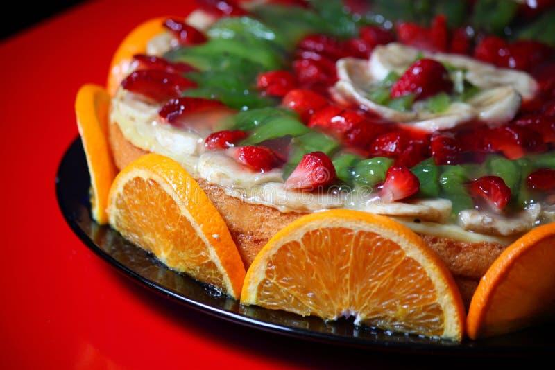 Kaka som dekoreras med frukt royaltyfri bild
