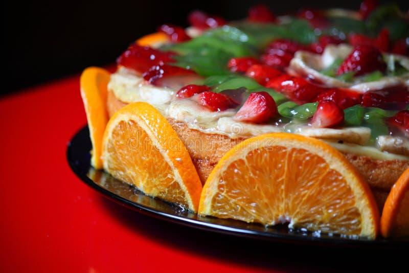 Kaka som dekoreras med frukt arkivfoton
