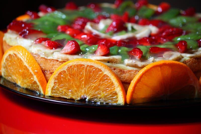Kaka som dekoreras med frukt arkivbilder