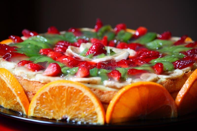 Kaka som dekoreras med frukt royaltyfria bilder