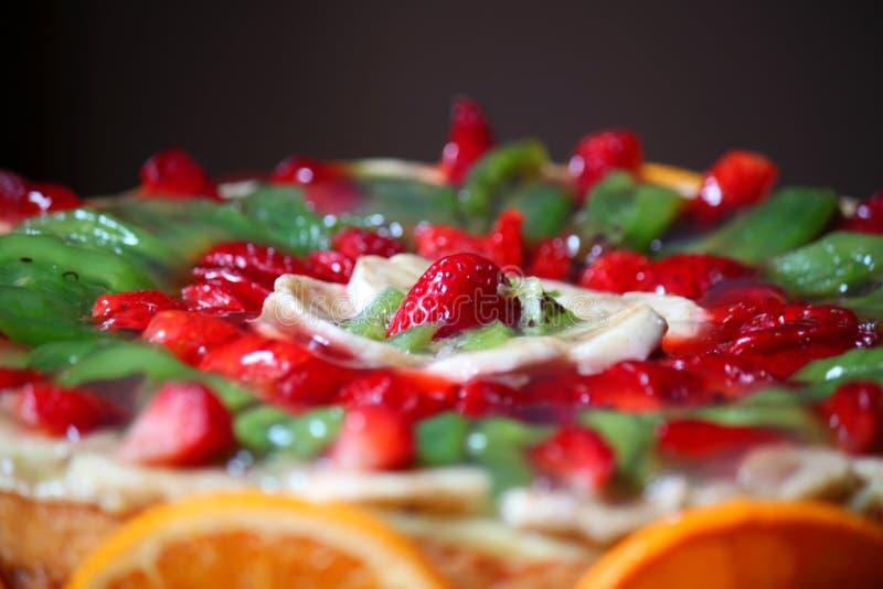 Kaka som dekoreras med frukt arkivbild