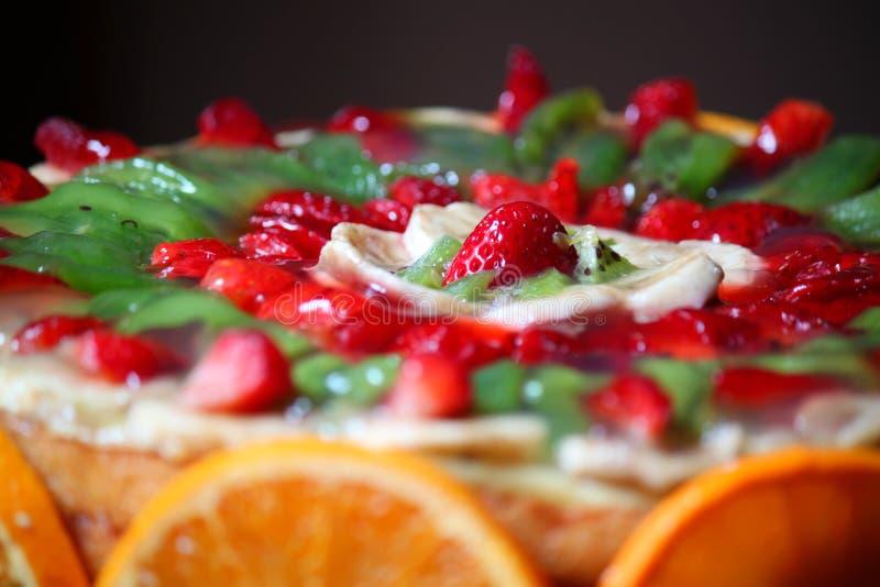 Kaka som dekoreras med frukt fotografering för bildbyråer