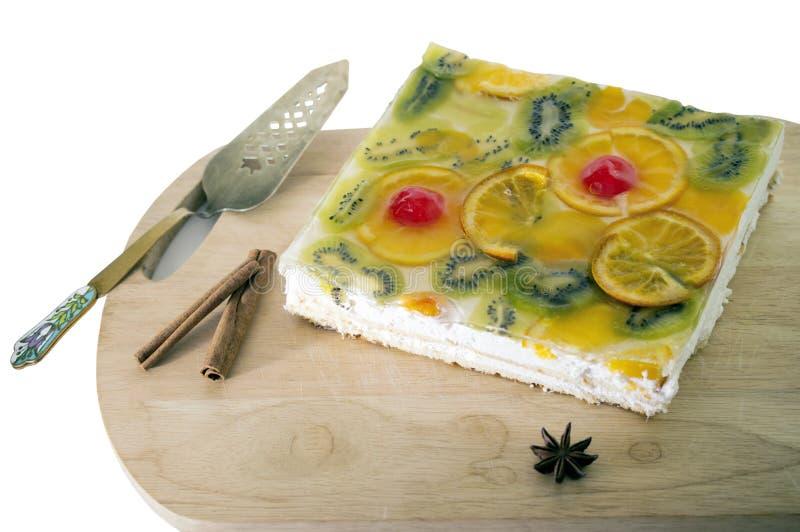 Kaka som dekoreras med frukter och gelé arkivfoton