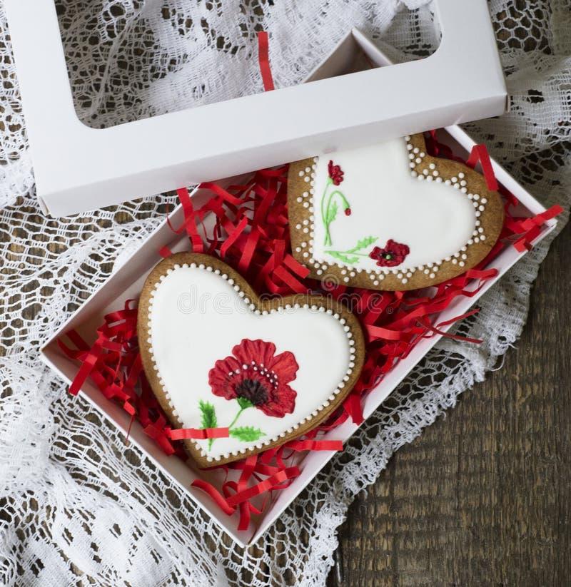 Kakahjärta som dekoreras med röda vallmo i tappningstil på träbakgrund för valentin dag Gåva för kvinnors dag eller royaltyfri foto