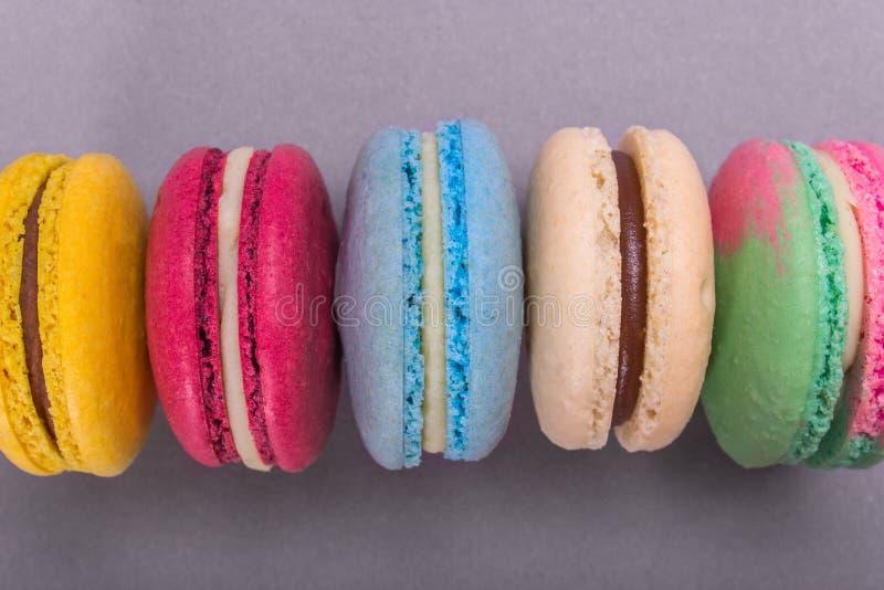Kakamacaron eller färgrika kakor för makron arkivfoton