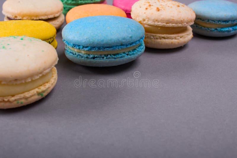 Kakamacaron eller färgrika kakor för makron arkivbild