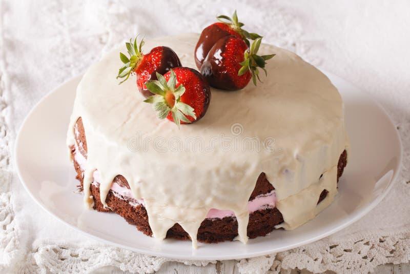 Kakan dekorerade med nya jordgubbar i chokladcloseup Hor arkivbild
