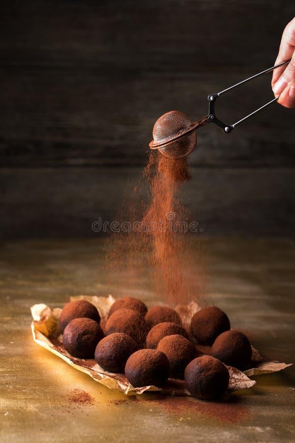 Kakao durch ein Sieb stockfotografie