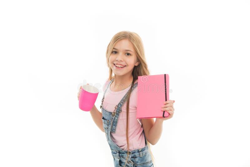 Kakao eller te för drink för hår för gulligt barn för flicka långt Skolflicka med boken eller notepaden och att råna att ha teras arkivbilder