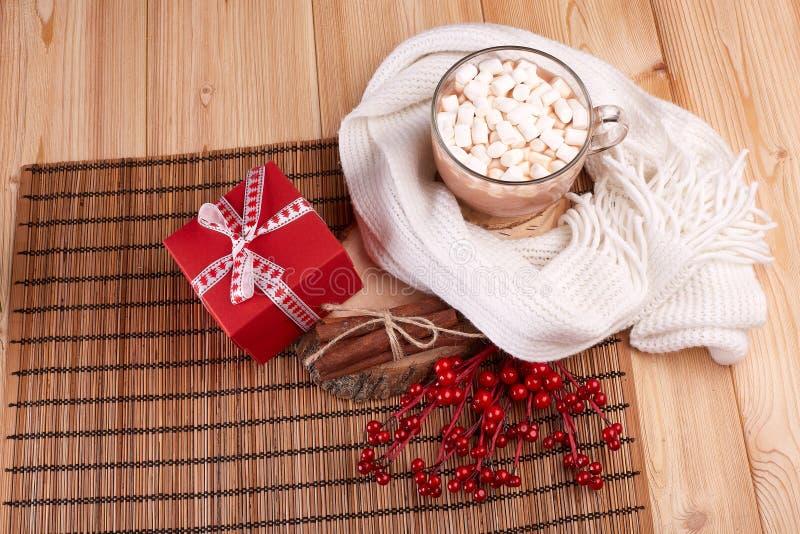Kakao med marshmallowen och gåvan arkivfoton