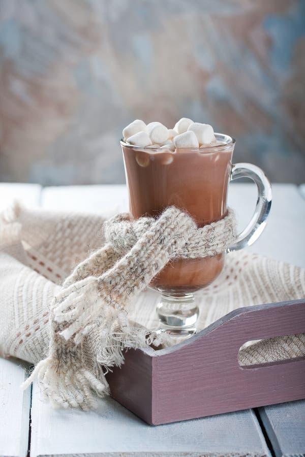 Kakao med marshmallower på ett trämagasin arkivfoto