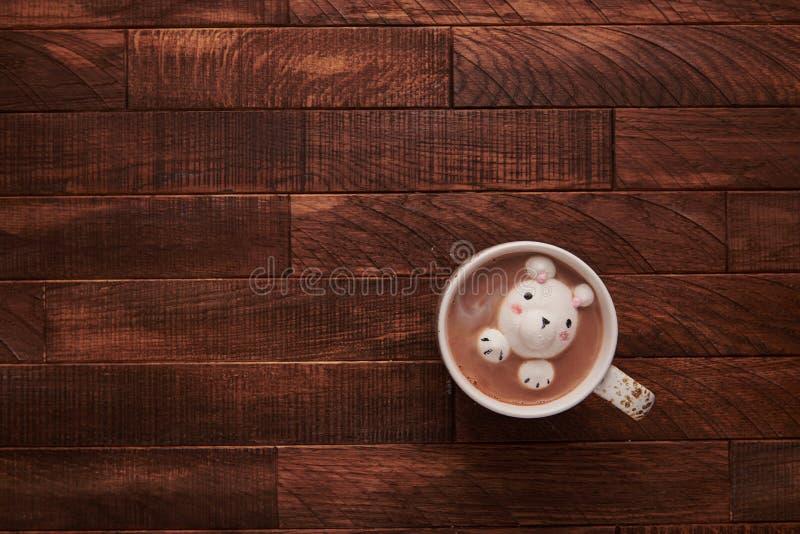 Kakao på en trätabell med gulliga marshmallower royaltyfria foton