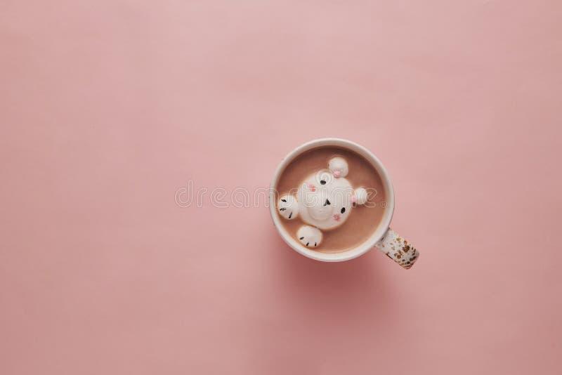 Kakao på rosa bakgrund med gulliga marshmallower royaltyfria foton