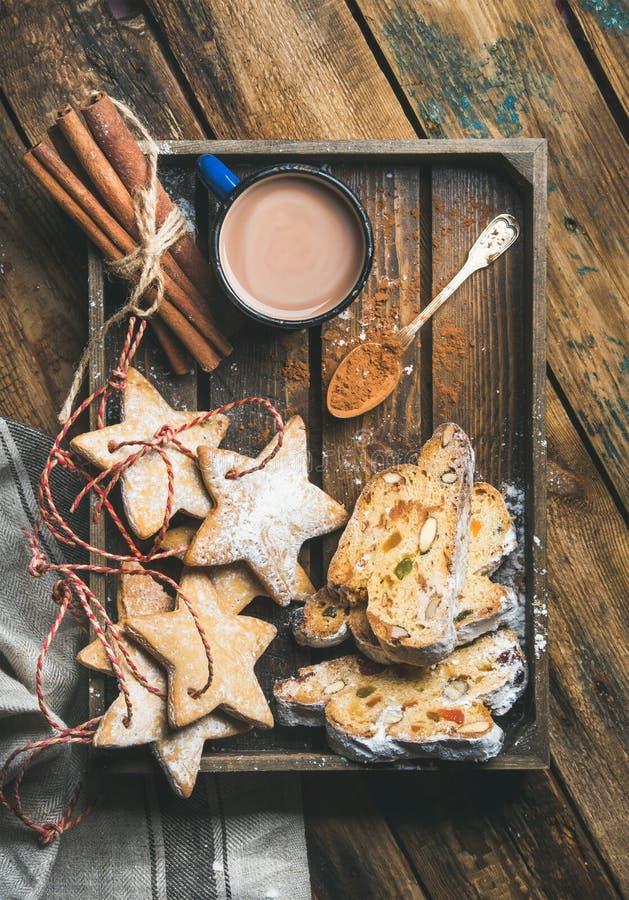 Kakao rånar in med julpepparkakakakor, stycken av Stollen royaltyfri fotografi
