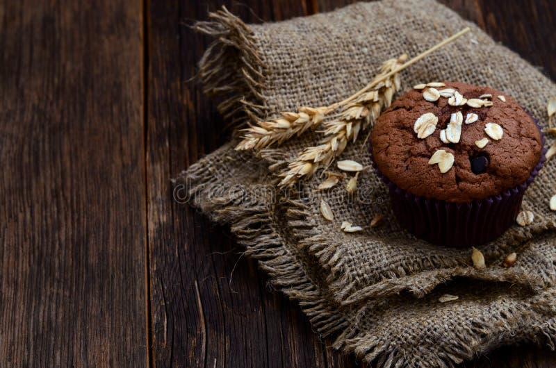 Kakao- und Schokoladensplittermuffins auf dem Sackleinen stockfotos