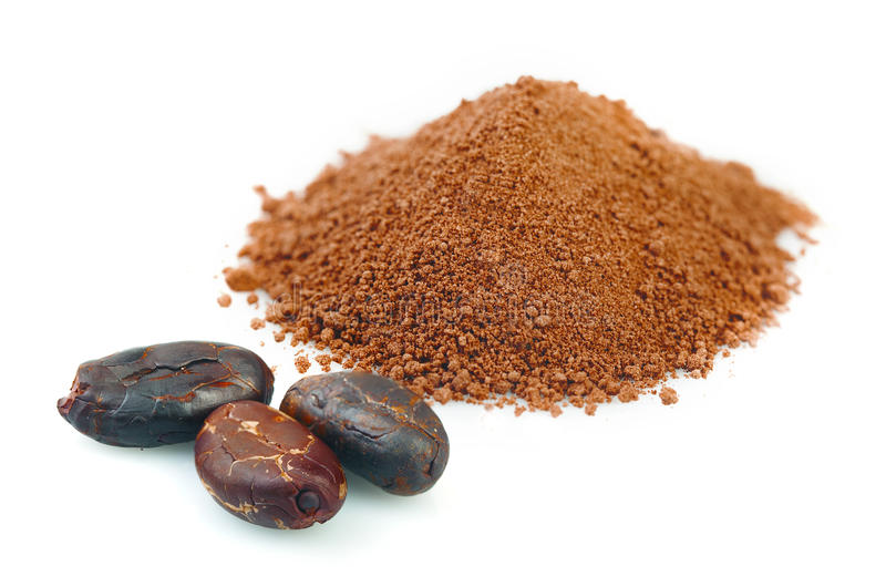 Kakaobönor och pulver på vit bakgrund royaltyfri foto