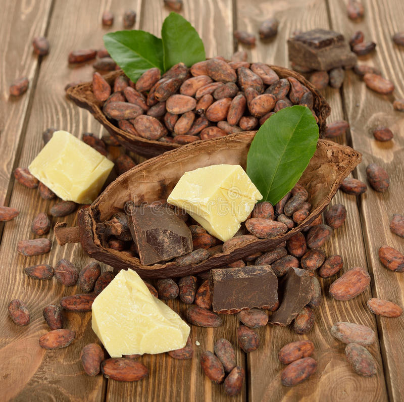 Kakaobohnen, Kakaobutter und Kakao häufen an stockbilder