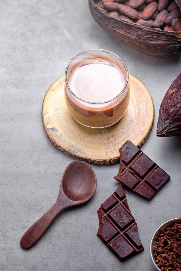 Kakaodrinken för varm choklad i exponeringsglas rånar royaltyfria foton