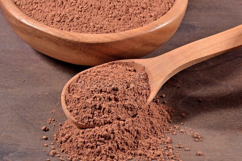 Kakaopulver in einem Löffel stockbild