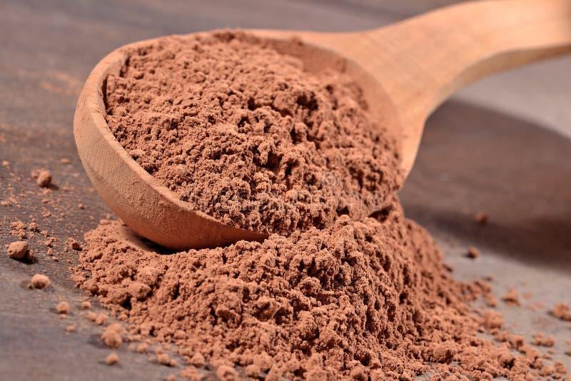 Kakaopulver in einem Löffel lizenzfreie stockfotos