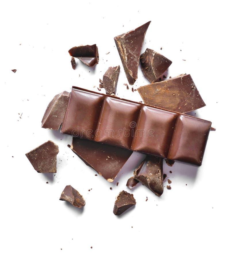 Kakaopulver und Stücke dunkle chocolatePieces der dunklen Schokolade, lokalisiert auf Weiß stockbild