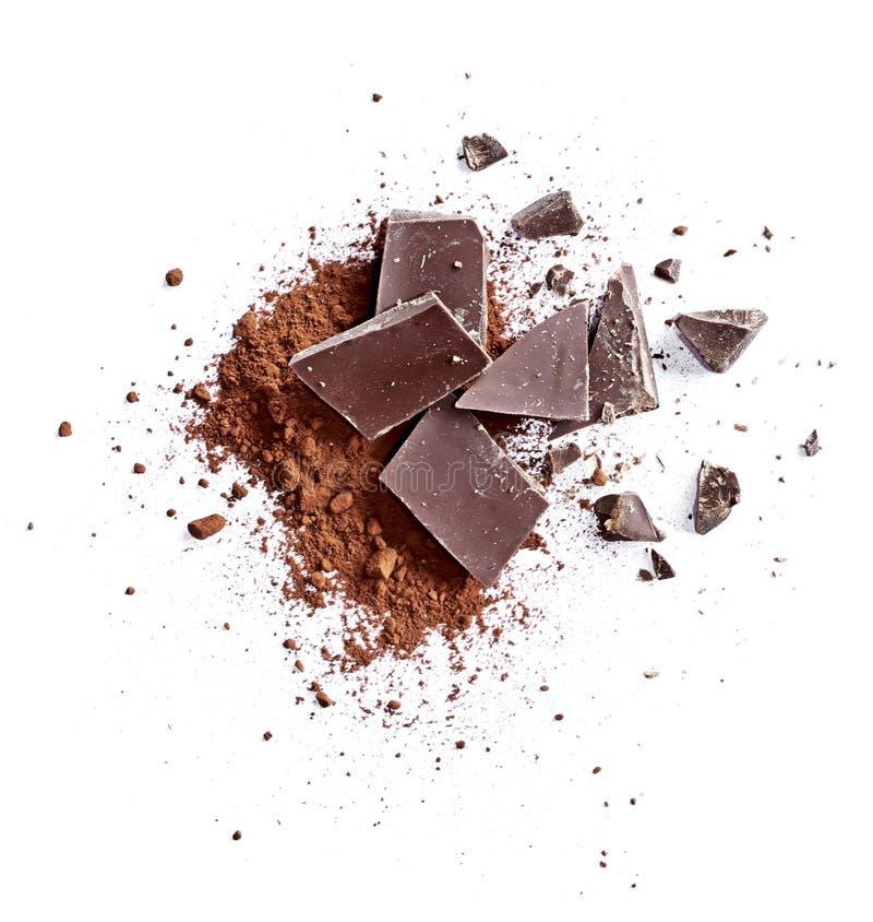 Kakaopulver und Stücke dunkle Schokolade stockfotos