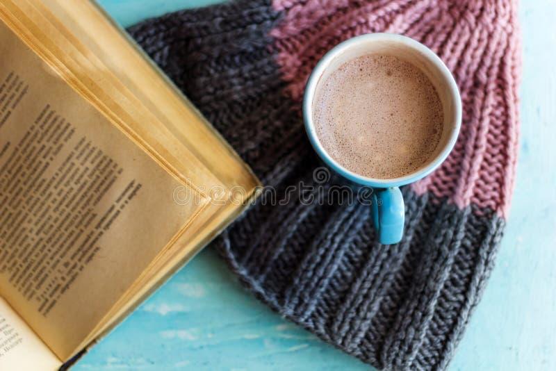 Kakaostrickmütze des alten Buches stockfoto