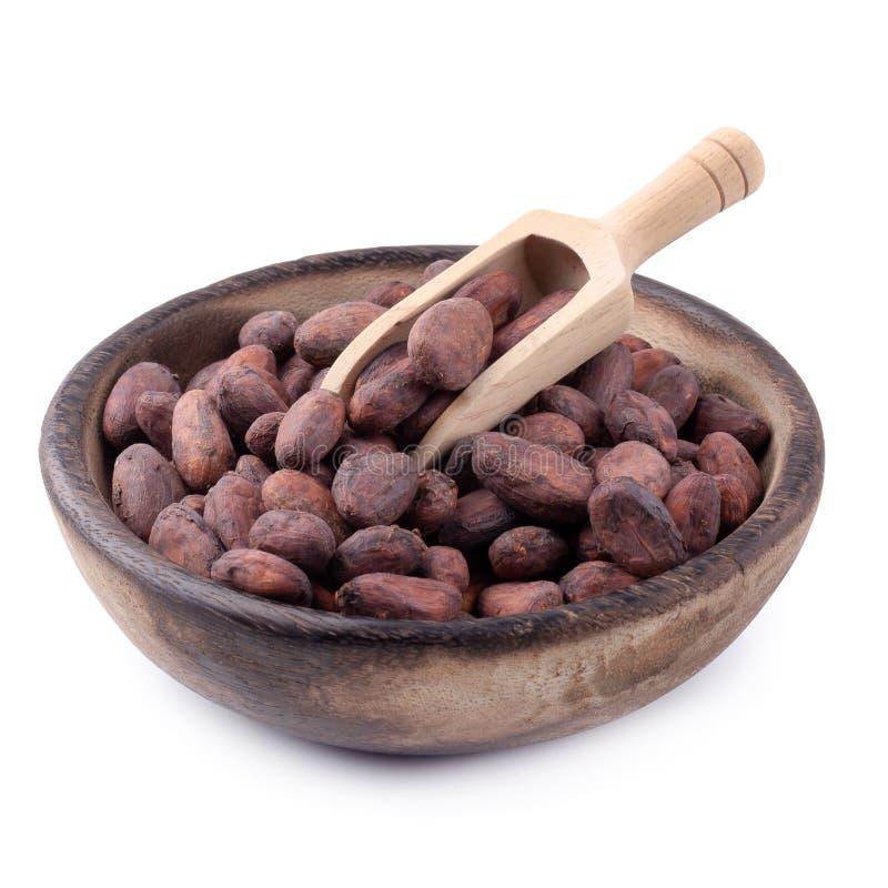 Kakaowa owoc w drewnianym pucharze, surowe cacao fasole odizolowywa? na bia?ym tle obrazy royalty free