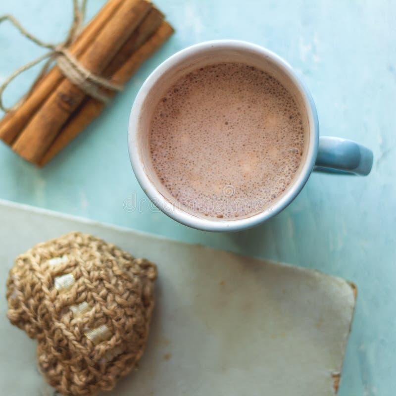 kakaowi filiżanki starej książki cynamonowi kije i trykotowy serce obraz stock