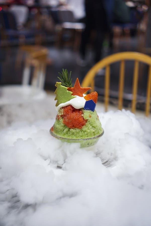Kakigori Χριστουγέννων με την υδρονέφωση από τον ξηρό πάγο στοκ εικόνα