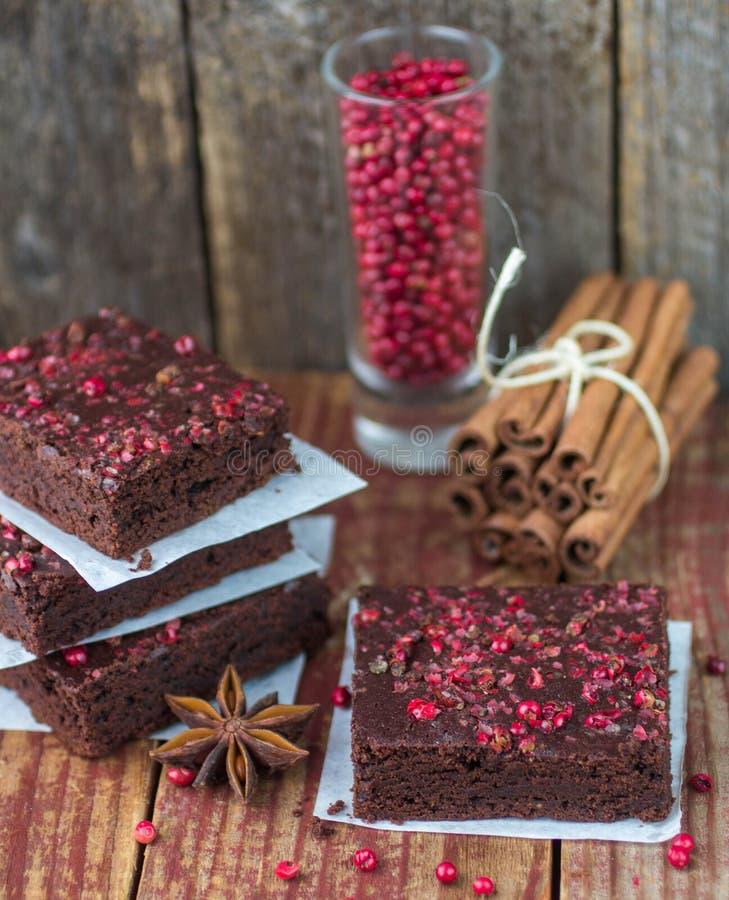 Kakor för choklad- och rosa färgpepparnisse royaltyfria foton
