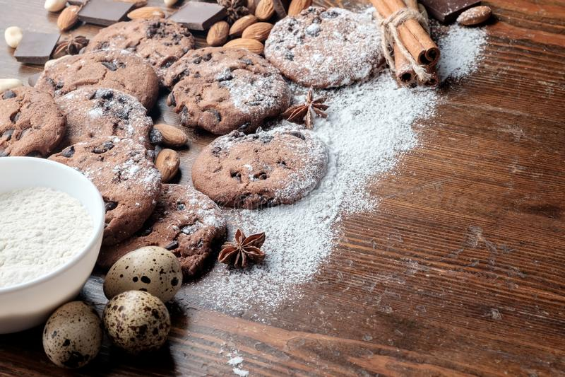 Kakor för chokladchiper och spridda jordnötter, mandlar och pieses av choklad arkivbilder
