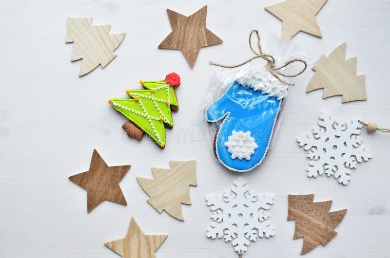 Kakor för jul ingefära och honung, trästjärna-, gran-träd och snöflingaformer på isolerad vit träbakgrund fotografering för bildbyråer