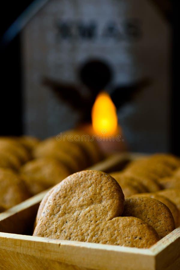 Kakor för julpepparkakapeppar i den wood asken Litstearinljus med ängeldiagramet i bakgrunden Hemtrevlig festlig atmosfär arkivbilder