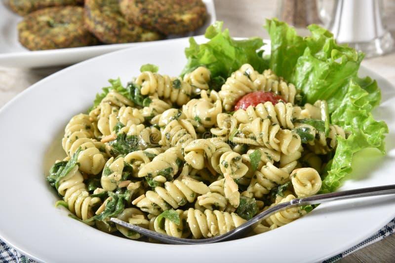 Kakor för pastasallad och spenat arkivfoto