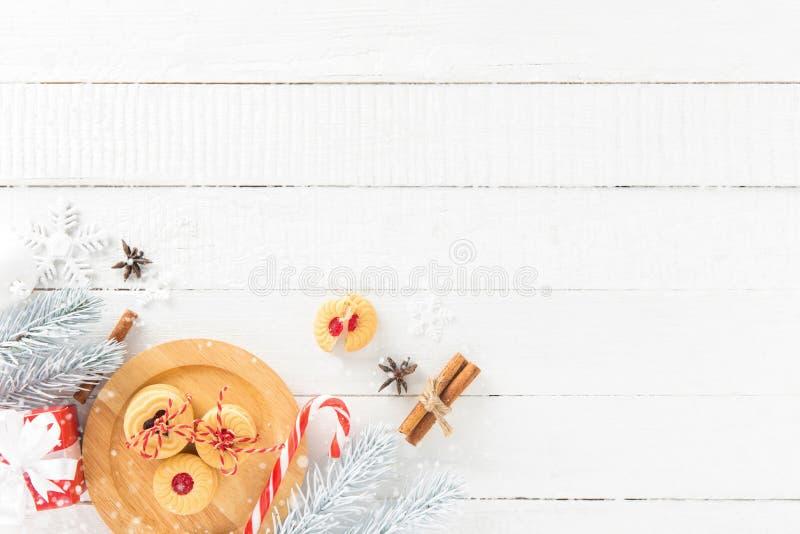 Kakor, godisrotting och jul som dekorerar objekt på vitt trä arkivfoto