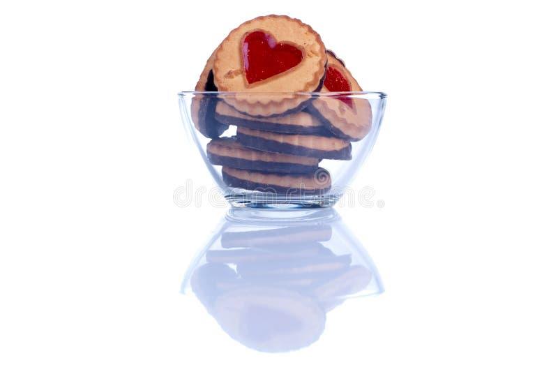 Kakor i form av den isolerade hjärtan till valentin dag royaltyfri bild